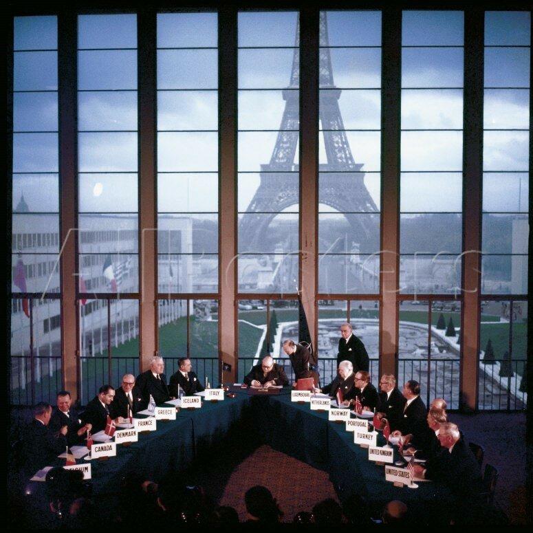 1955 9 may Германия становится 15-м членом НАТО.jpg