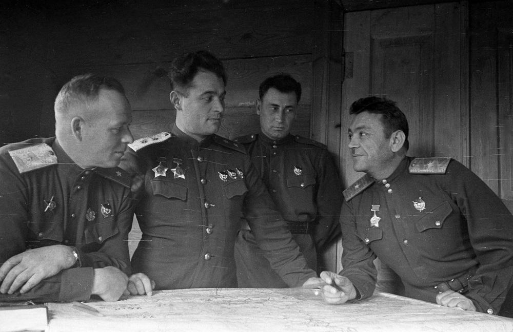 Командующий 60-й армией генерал-лейтенант И.Д. Черняховский с офицерами штаба на Украине.jpg