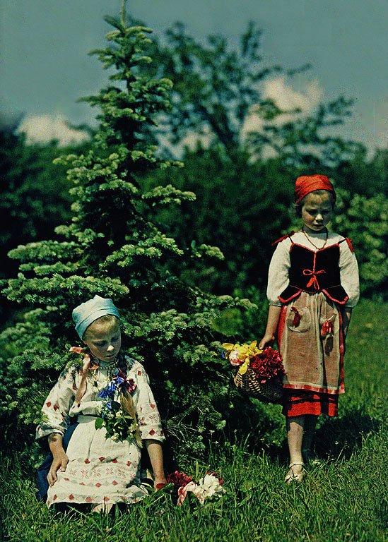 Ирина и Людмила Троицкие (внучки композитора) у цветника перед главным домом.jpg