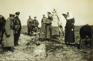 Русские офицеры у могилы австрийских солдат.