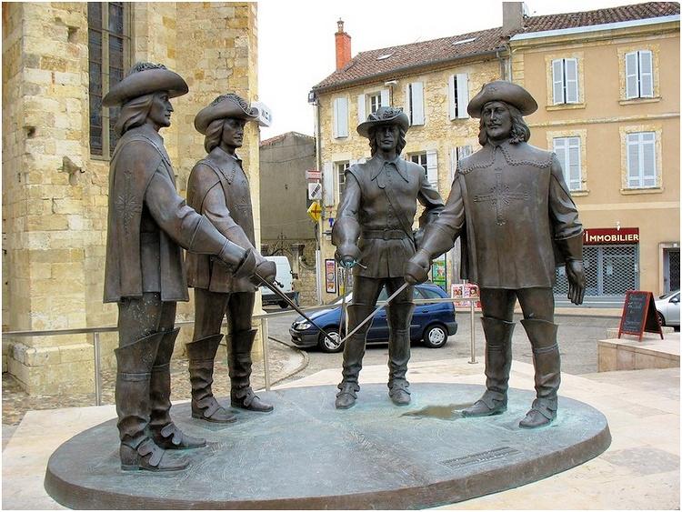 Памятник героям романа Дюма «Три мушкетера»