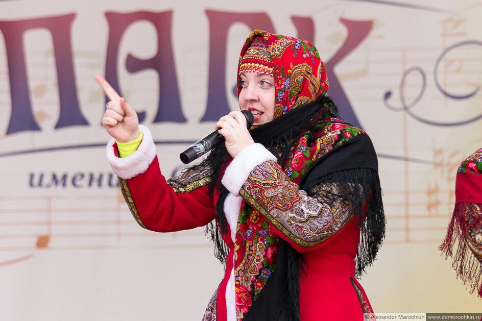 Девушка в ярком платке с микрофоном