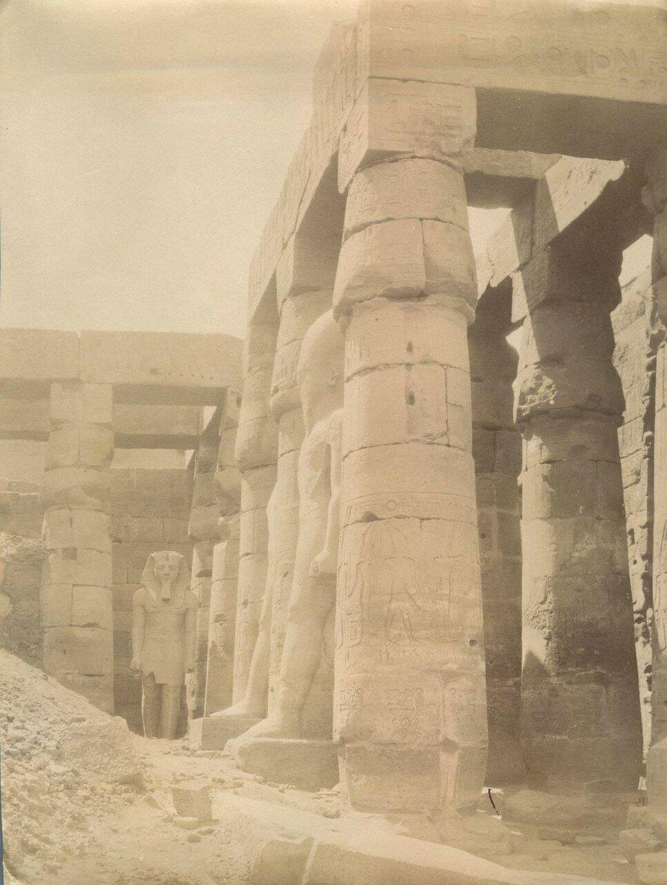 Луксорский храм. Статуя Рамсеса II