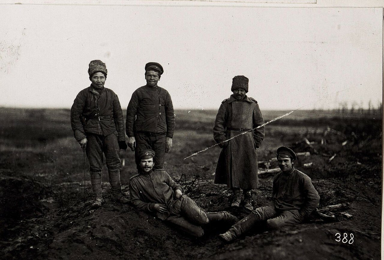 Русские военнопленные фотографируются на память