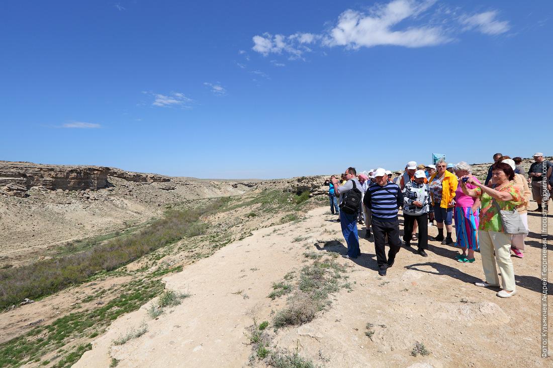 туристы теплохода Русь Великая фотографируют каньон саура в Казахстане