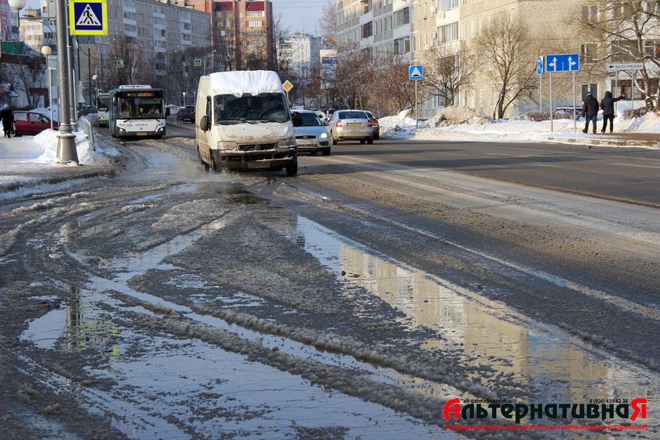 """""""Водоканал"""" заливает Новоугличское шоссе водой"""