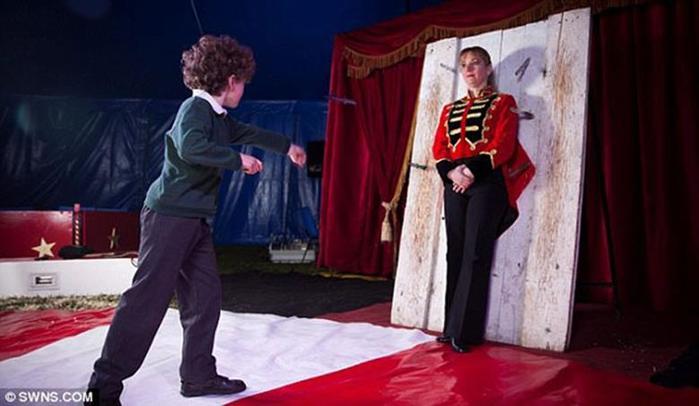 Мальчик в возрасте 10 лет выступает в цирке метателем ножей 0 11aace 1dacaa16 orig