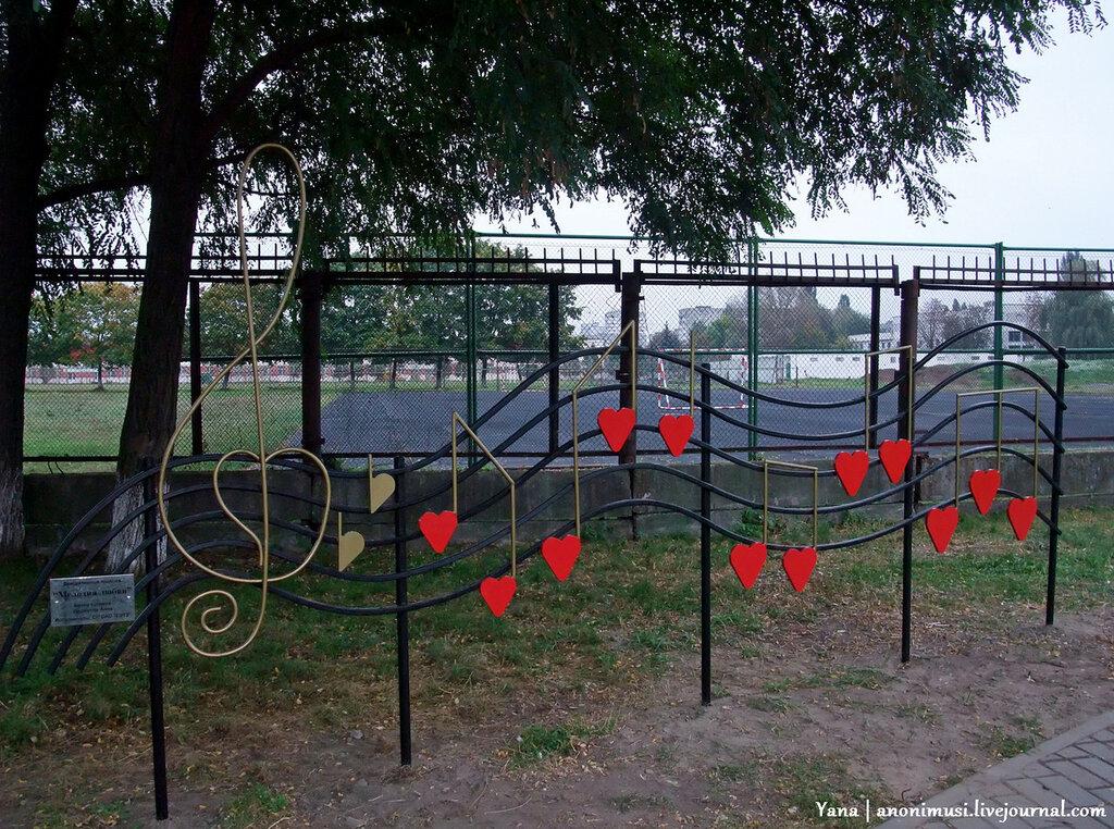 Лавочки.  Аллея любви в сквере Фестивальный. Гомель