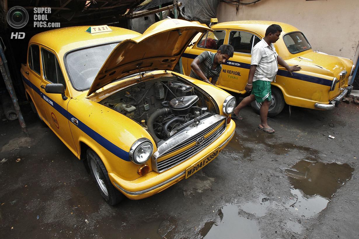 Индия. Калькутта, Западная Бенгалия. 25 мая. Hindustan Ambassador в мастерской таксопарка. (REUTERS/