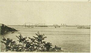 Корабли эскадры, украшенные флагами по случаю празднования Дня основания республики Северо-Американских Штатов (вид рейда с балкона клуба)
