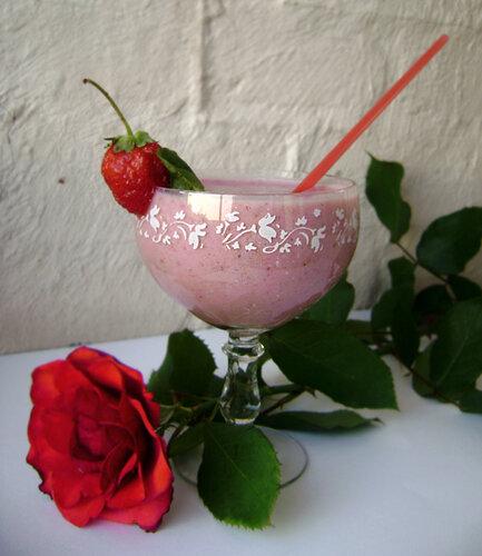 Классический молочный коктейль с клубникой