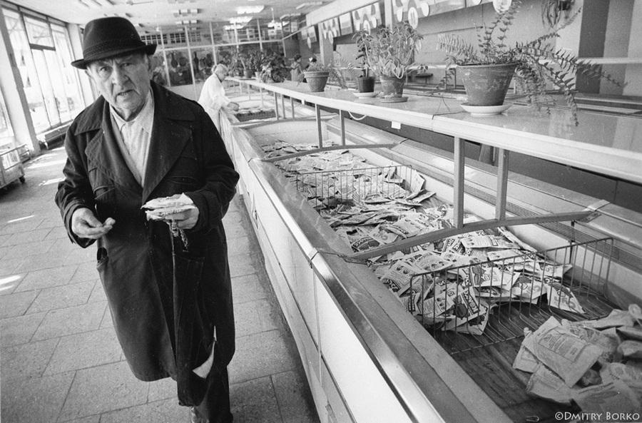 Историческое фото - Пенсионер покупает пакетики с сухим киселем