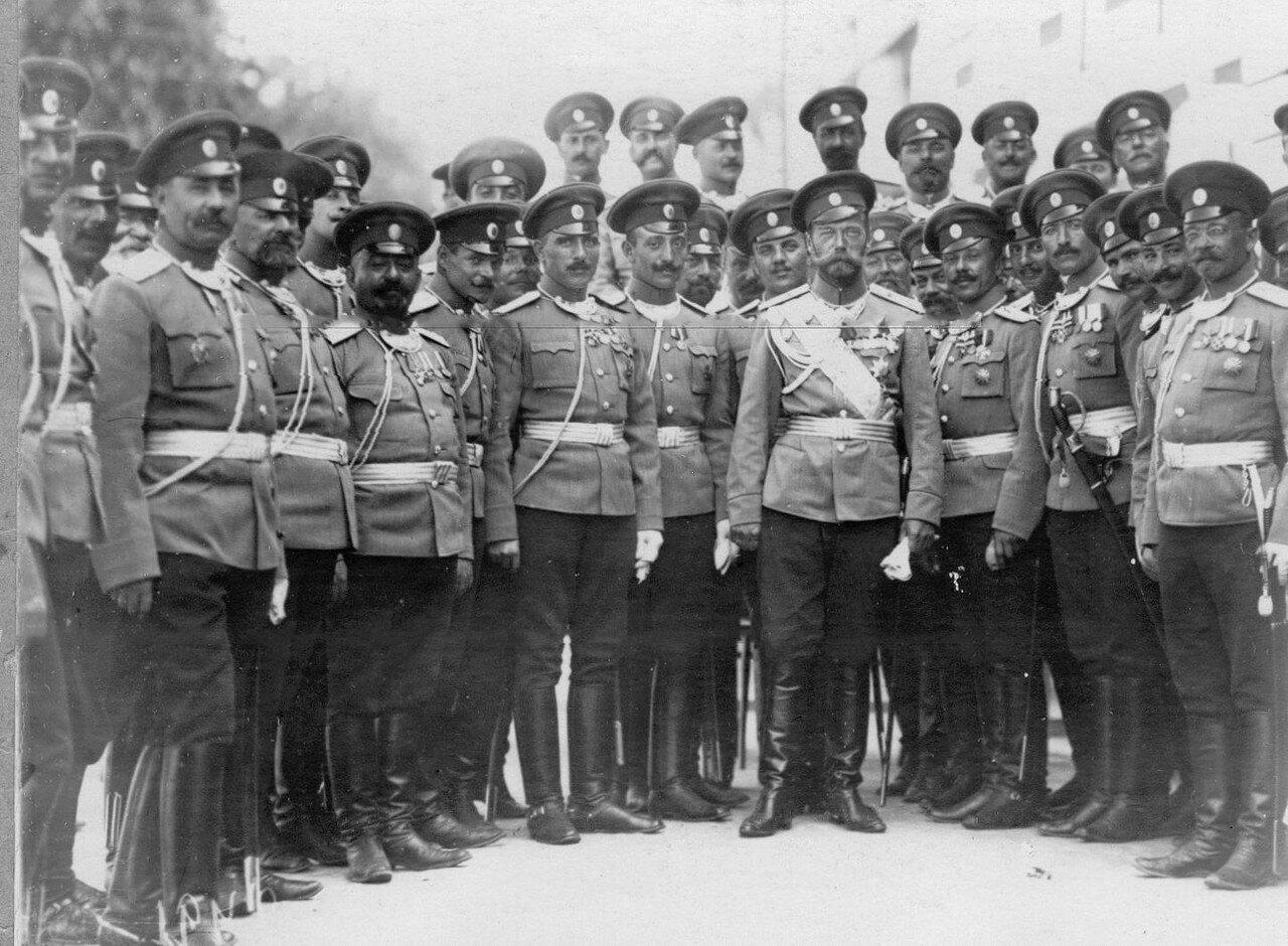 38. Император Николай II с группой офицеров-эриванцев на площади у Петергофского дворца. Петергоф. 29 июня 1913