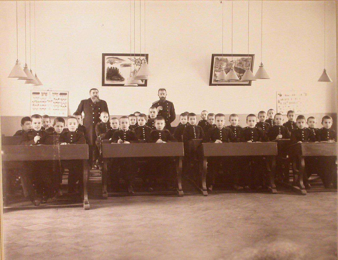 01. Воспитанники одного из младших классов кадетского корпуса с преподавателями во время урока