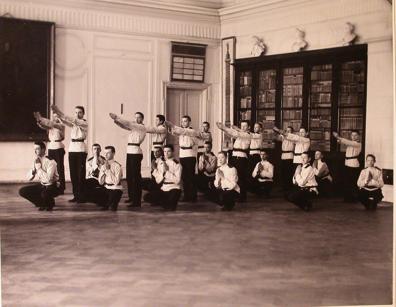 11. Воспитанники кадетского корпуса делают зарядку в актовом зале в перерыве между занятиями