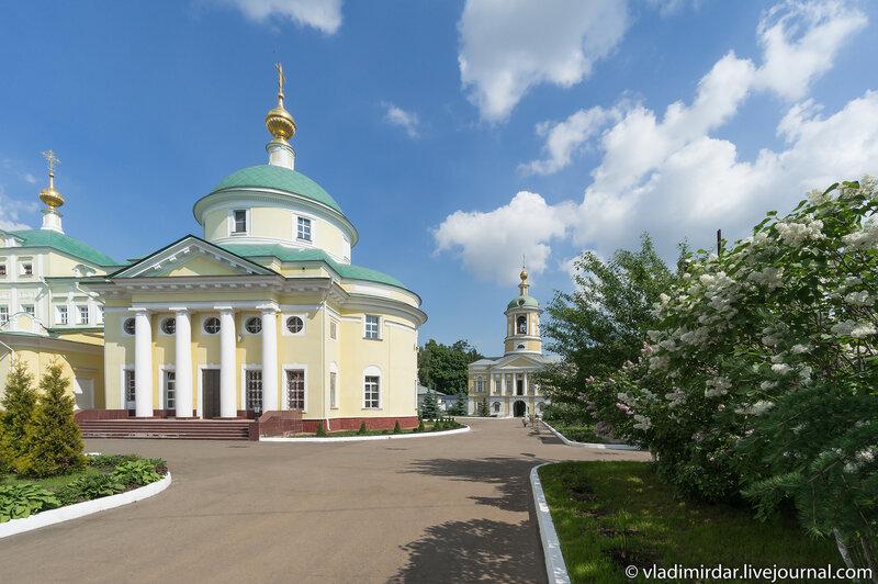 Белая сирень. Свято-Екатерининский монастырь.
