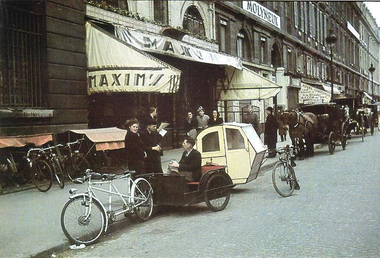1942 Велотакси перед рестораном Максим на улице Мира.jpg