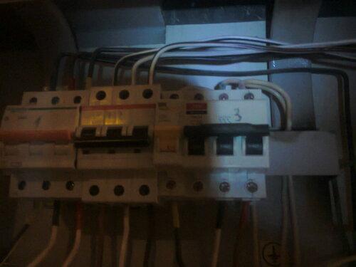 Срочный вызов электрика аварийной службы из-за отключения электроснабжения квартиры после повреждения настольной лампы