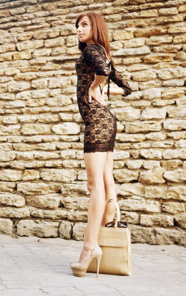Длинноногая красотка в обтягиващем мини-платье
