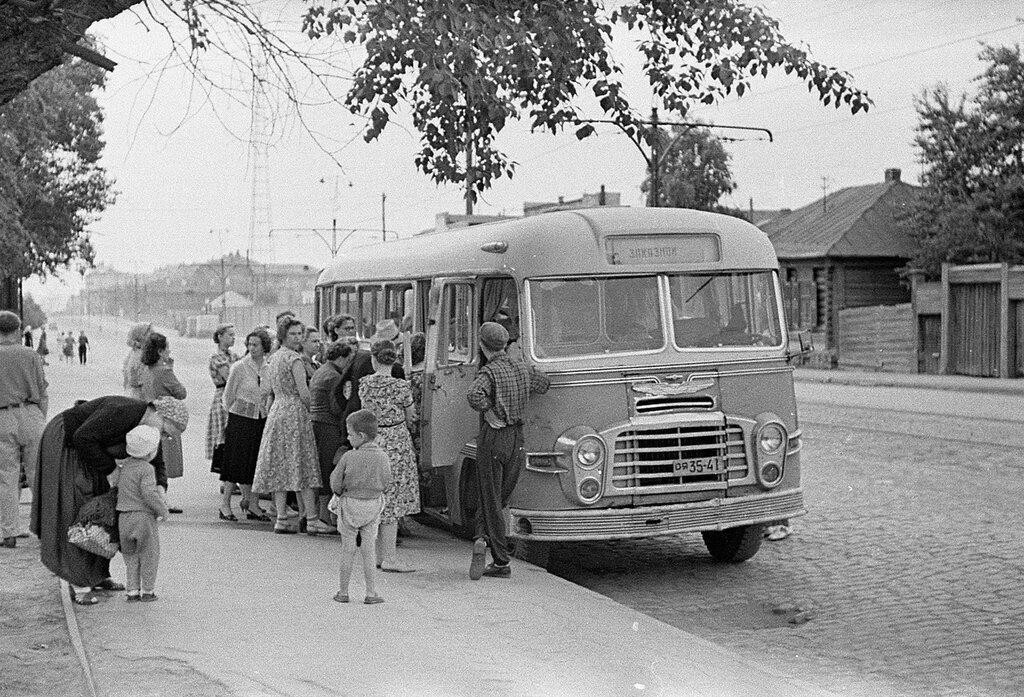 Автобус на улицах Свердловска.