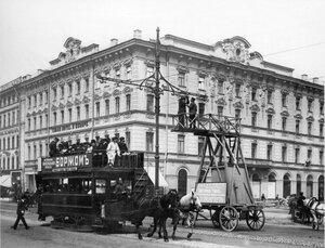 Работа по укреплению электропроводов для трамвайного движения на Невском проспекте.1907