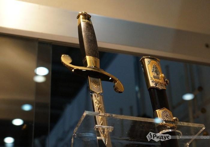 Уникальные экспонаты выставки современного холодного оружия