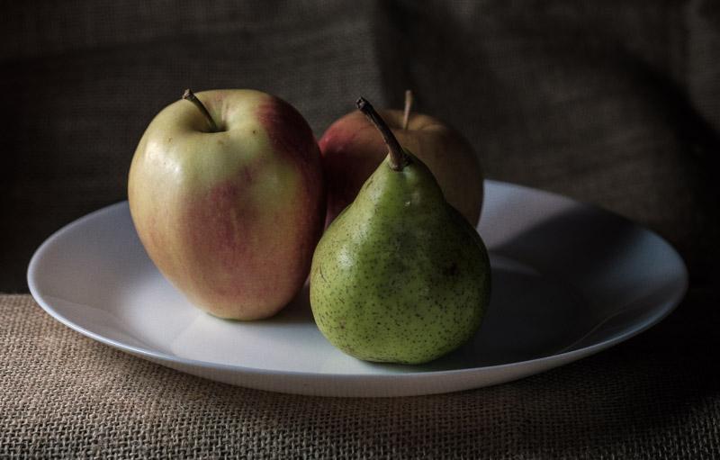 фрукты в тарелке, яблоки и груша