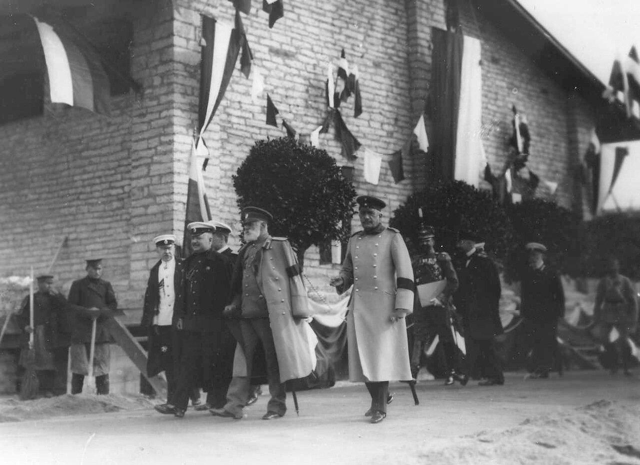 16. Группа офицеров русской армии направляются на парад войск