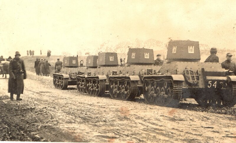 Lithuanian_tanks_heading_to_Lithuanian_capital_Vilnius_in_1939.jpg