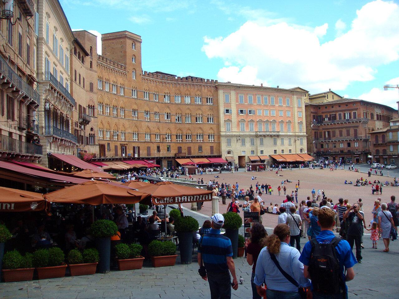 Та самая центральная площадь города Piazza del Campo, на которой 2 раза в год проходят скачки