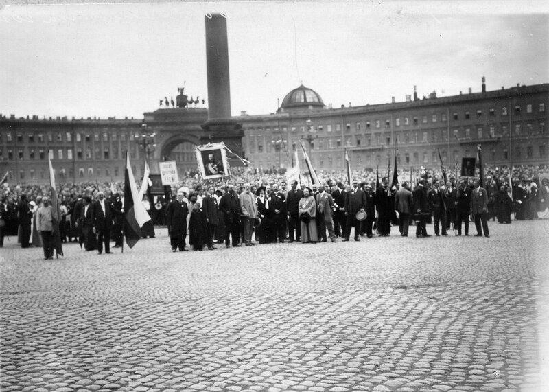 Дворцовая площадь, заполненная народом, во время чтения манифеста об объявлении войны.