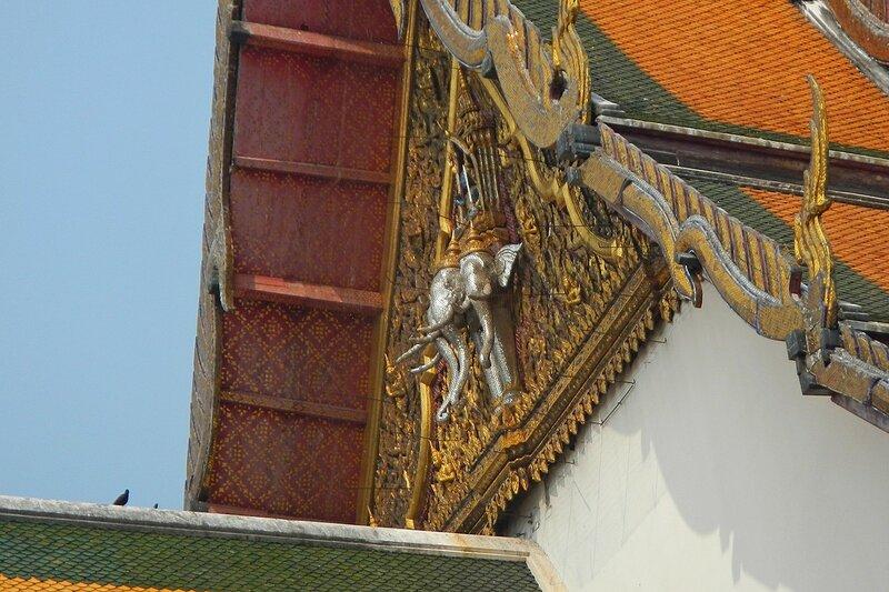 Серебряные слоники в портике храма Ват Сутхат (Wat Suthat Thep Wararam) в Бангкоке