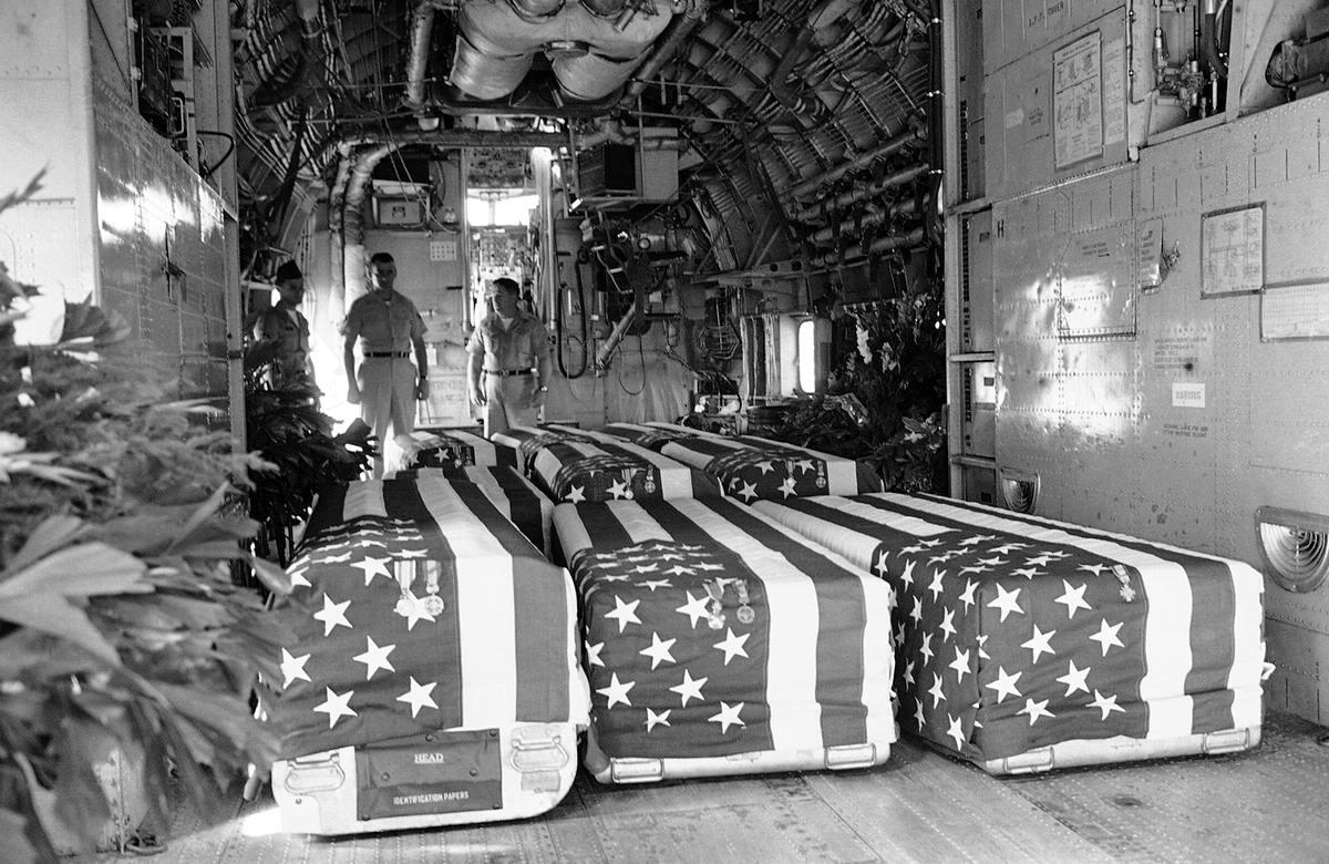 Гробы с телами восьми военнослужащих армии США, которые были убиты в результате нападений на американские военные объекты в Южном Вьетнаме, на борту военно-транспортного самолета на аэродроме в Сайгоне