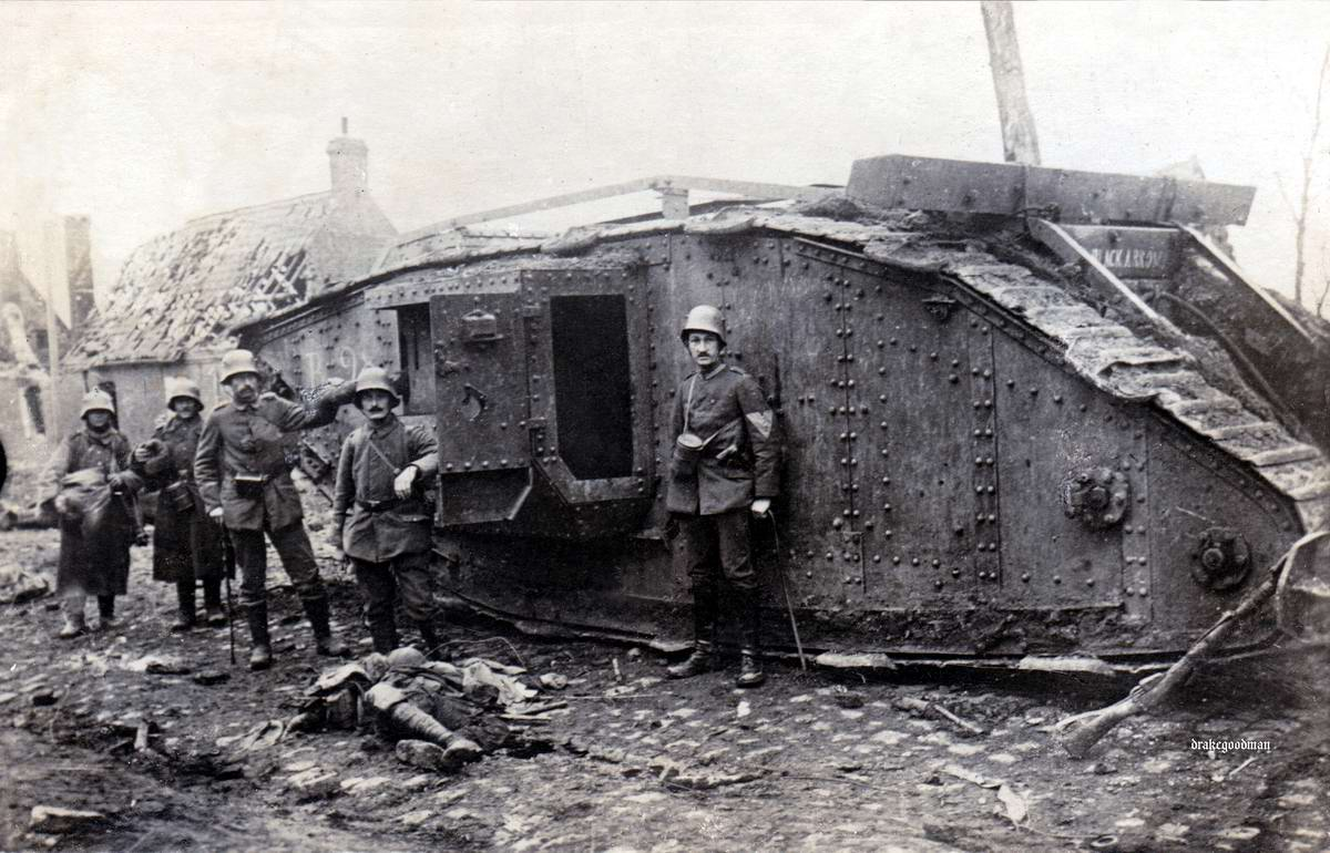 Солдаты германской армии возле подбитого британского танка MKIV