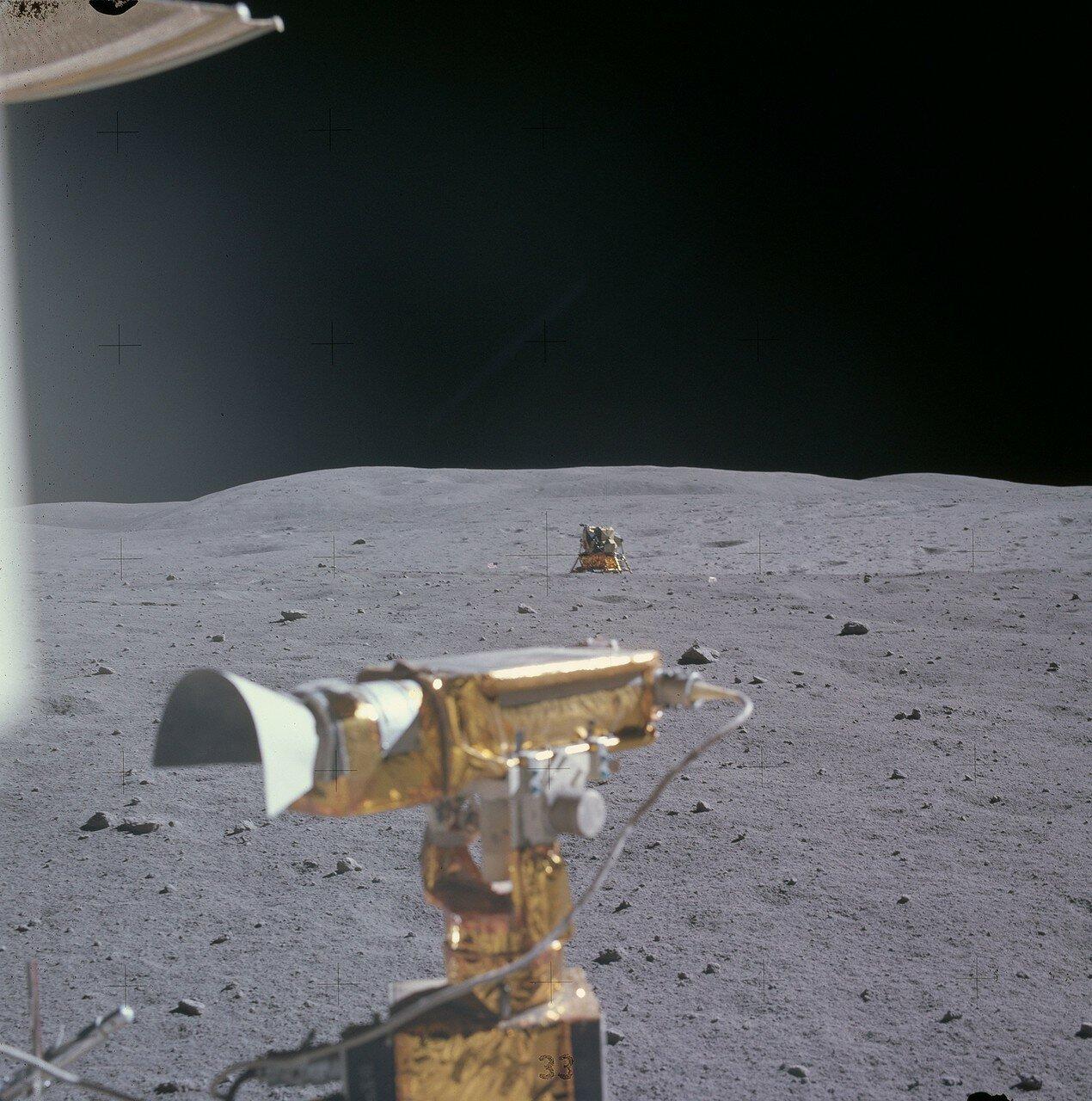 За время второй поездки астронавты проехали в общей сложности 11,3 км. Последнюю геологическую остановку во второй поездке (англ. Station 10) намечалось сделать почти у лунного модуля. На снимке: «Орион», снятый Дьюком в конце второй поездки. Вид с юга на