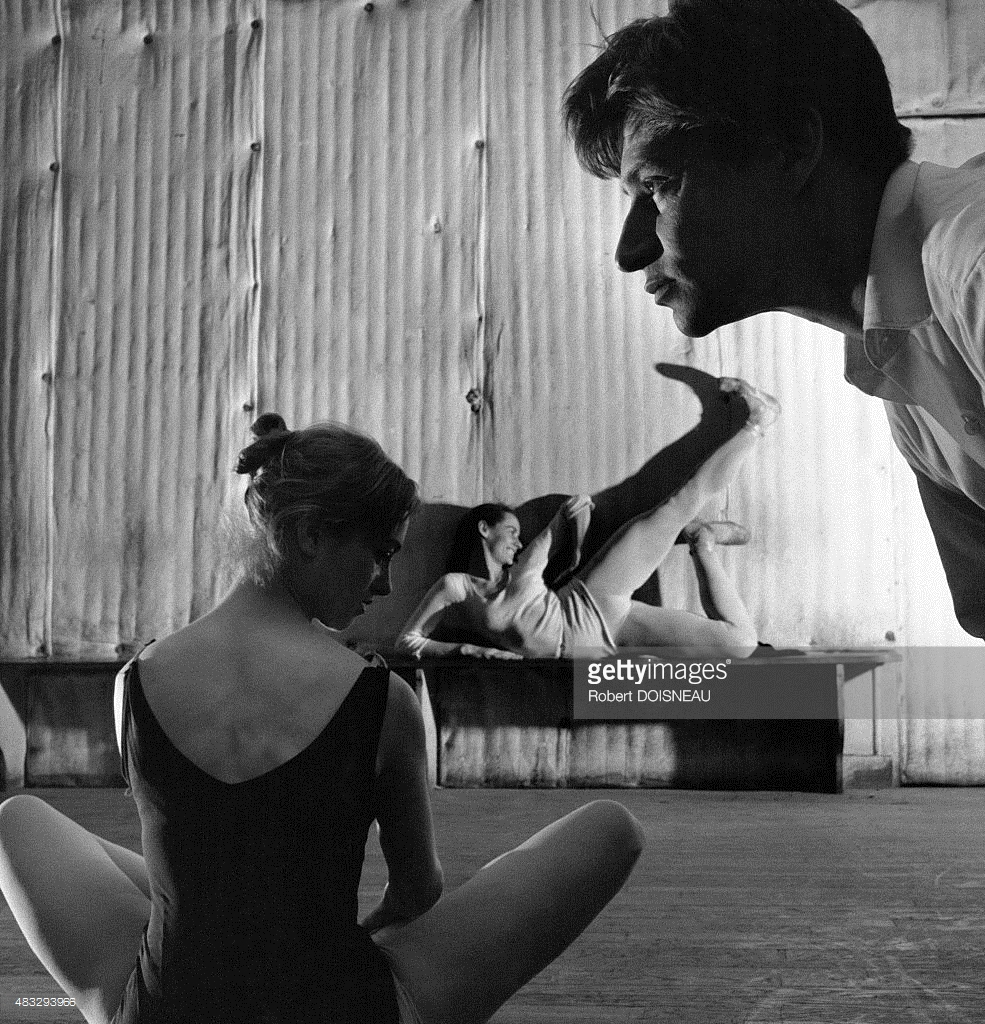 1950-е. Французский танцор Жан Бабиле во время репетиции