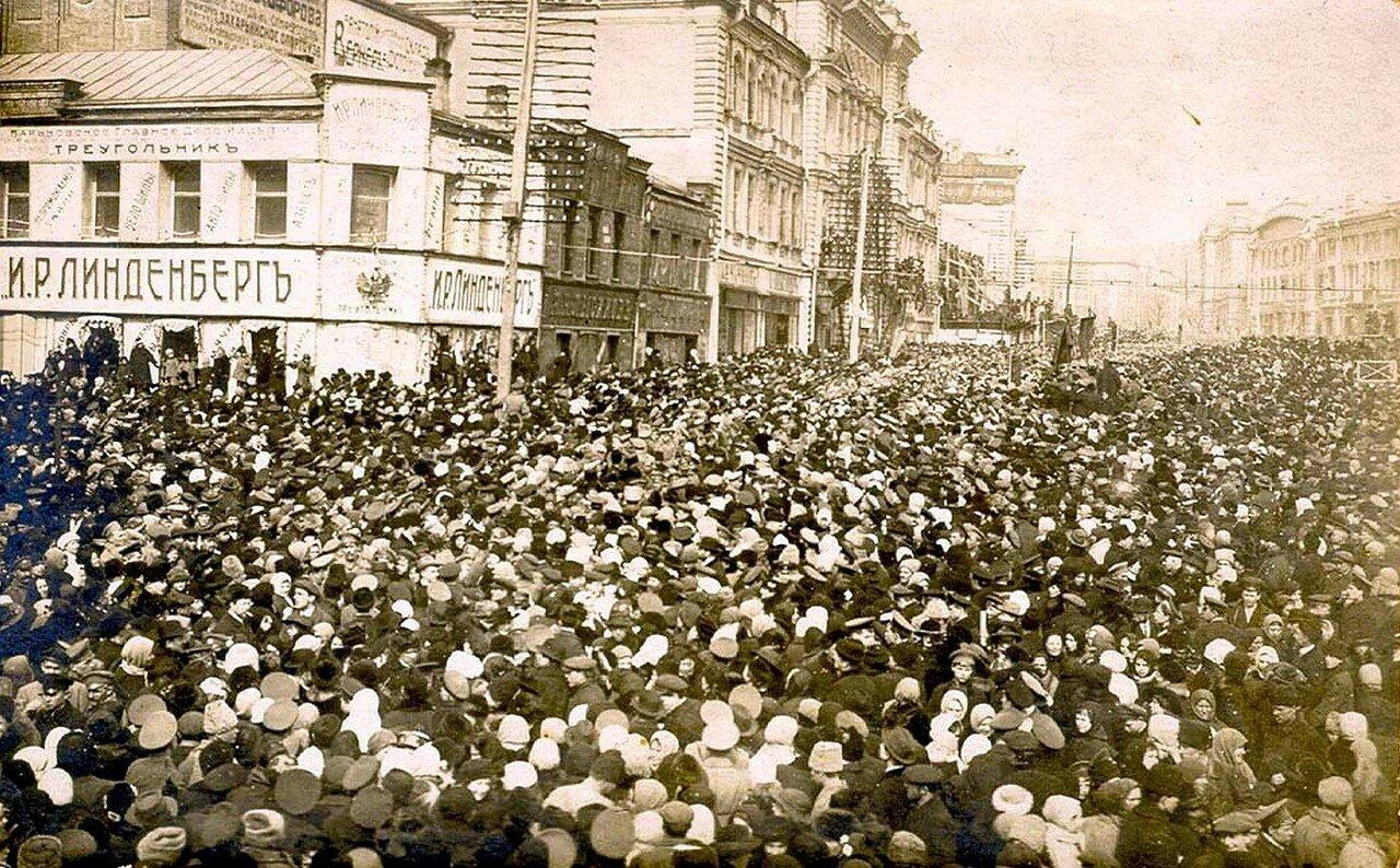 Крестный ход на Николаевской у дома Городской управы