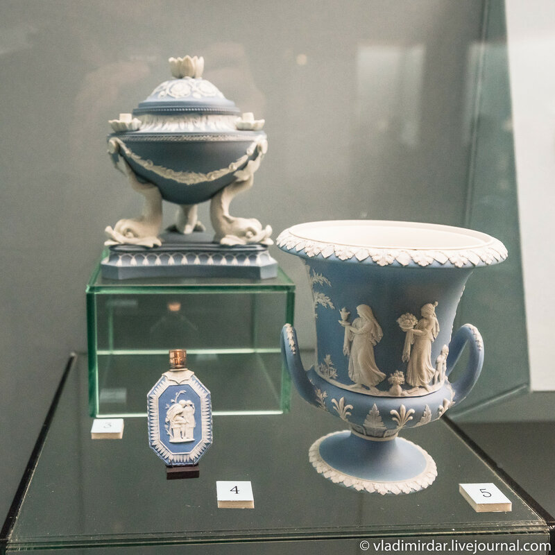 Флакон для нюхательной соли и ваза с античными сюжетами