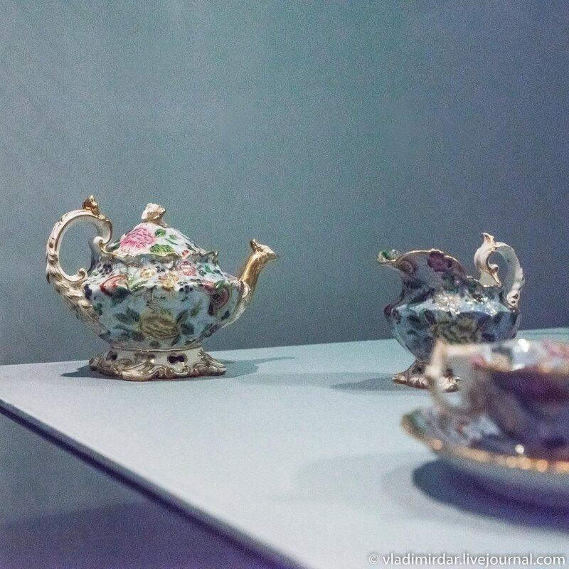 Чайник и молочник из сервиза чайного с печатным декором, выполненным по английским образцам