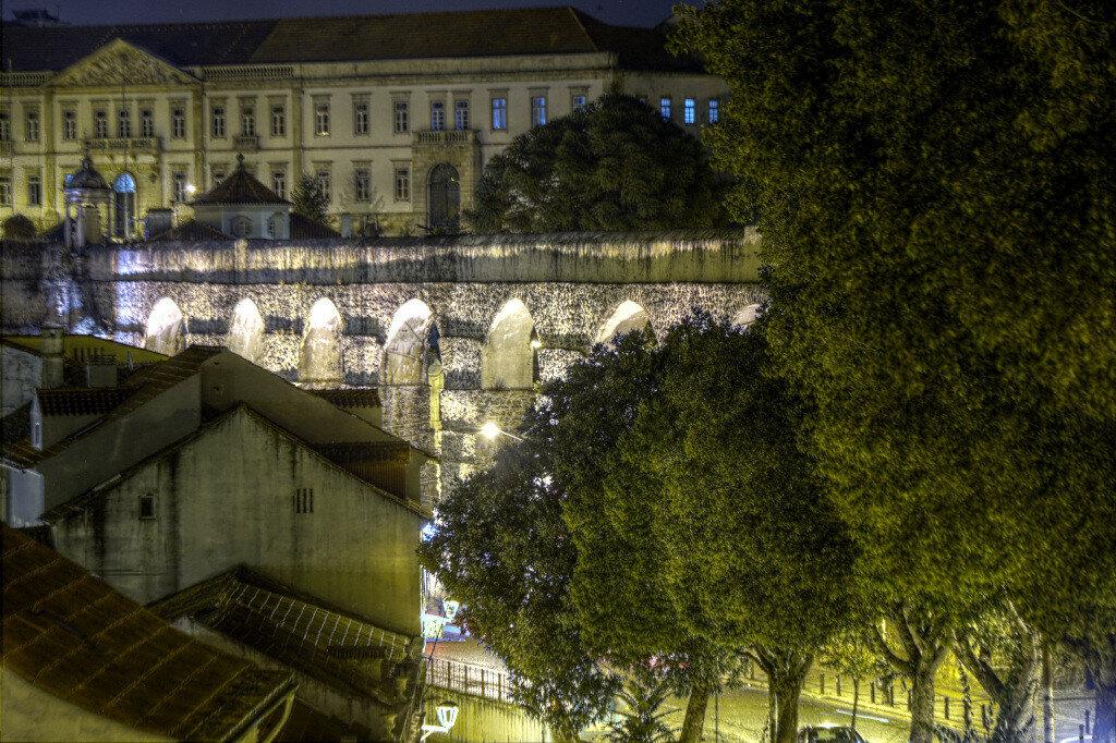 Ночная Коимбра. Акведук Святого Себастьяна (Aqueduto de São Sebastião). HDR