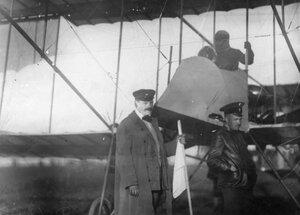 Аэроплан Фарман авиатора Масляникова Б.С. на старте перед полетом, (при перелете занял седьмое место). Рядом - организаторы перелета