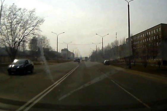 Видео наезда на пешеходов в Бобруйске, в результате которого один из них погиб