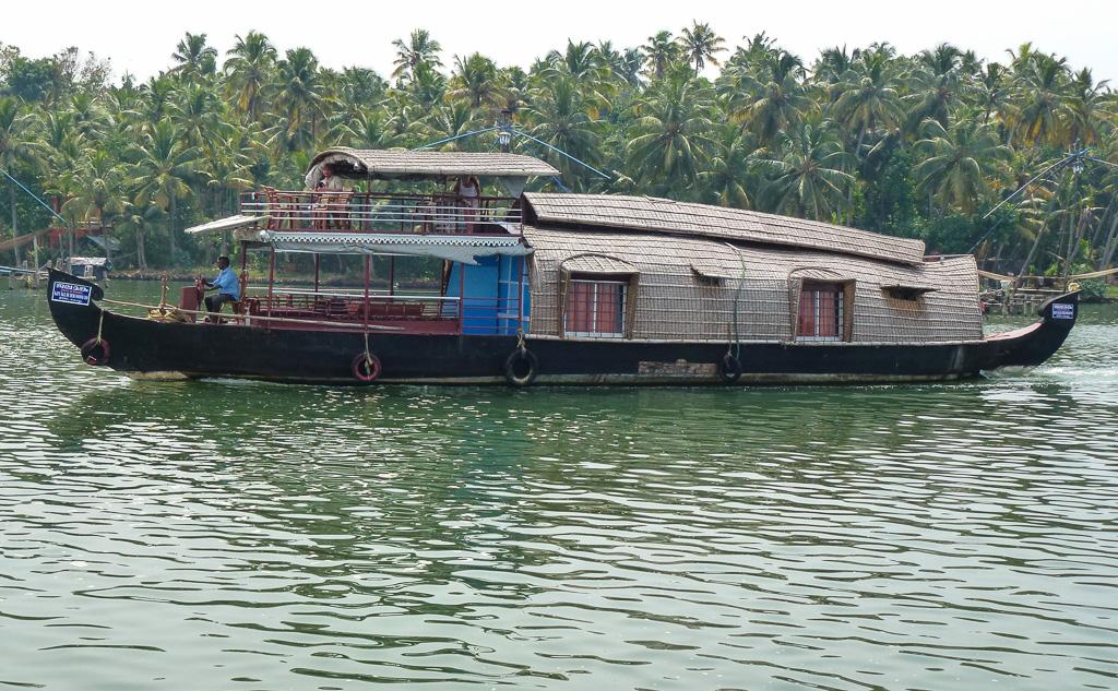 Фото 26. Лодка-гостиница на озере Вембанад Каял. Чем заняться в Керале во время отдыха в Индии