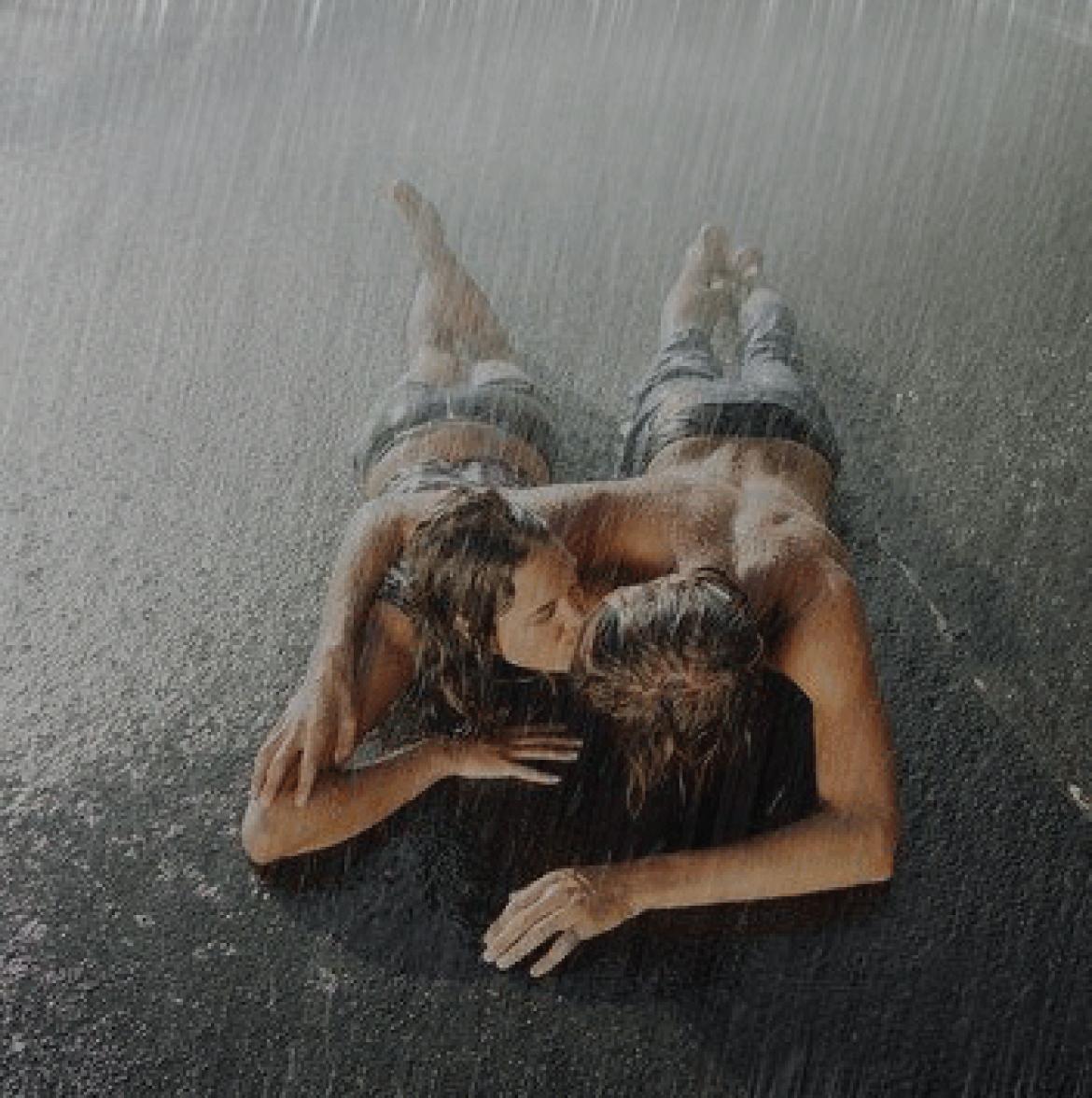 Поцелуй под дождем  № 3358188  скачать