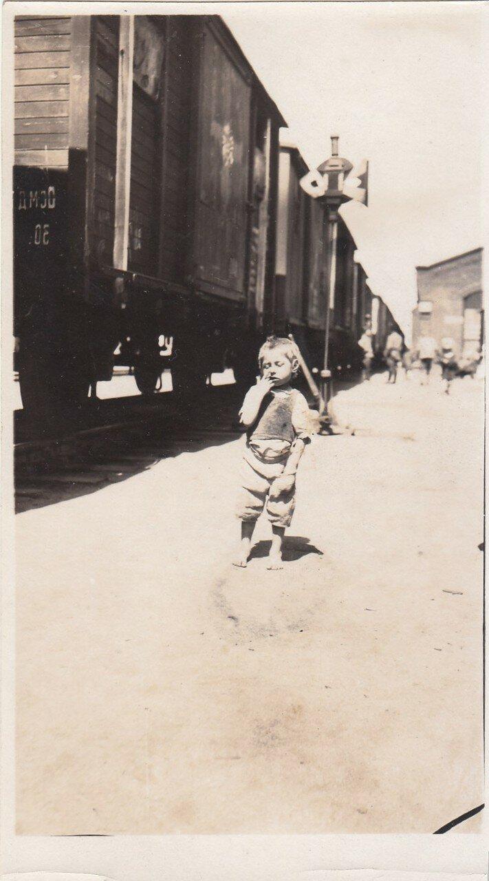 1921-22. Ребенок на железнодорожной станции