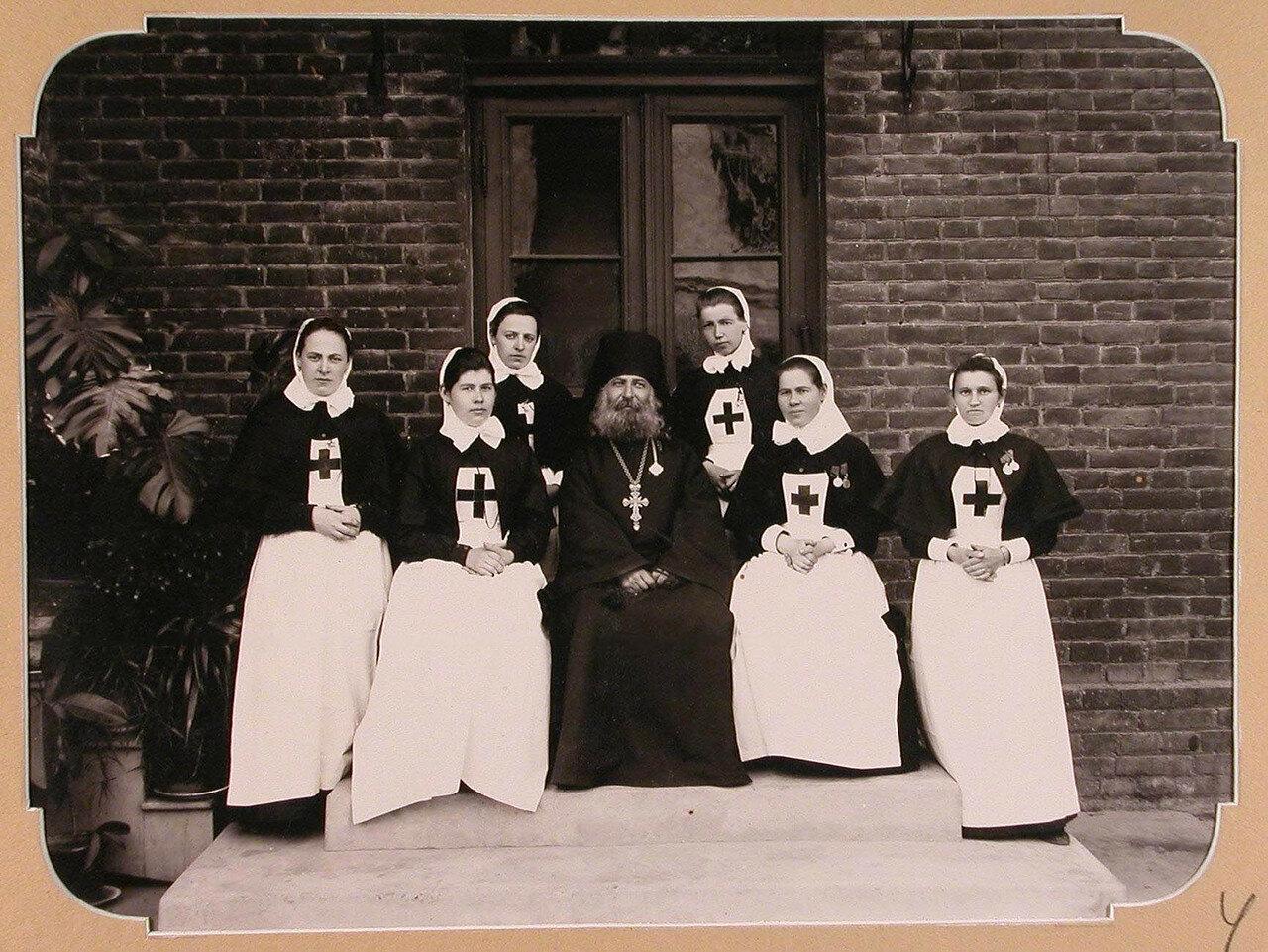 Отряд сестер милосердия из г. Кронштадта, предназначенный для плавучего госпиталя, организованного на пароходе «Царица». Одесса. 1900