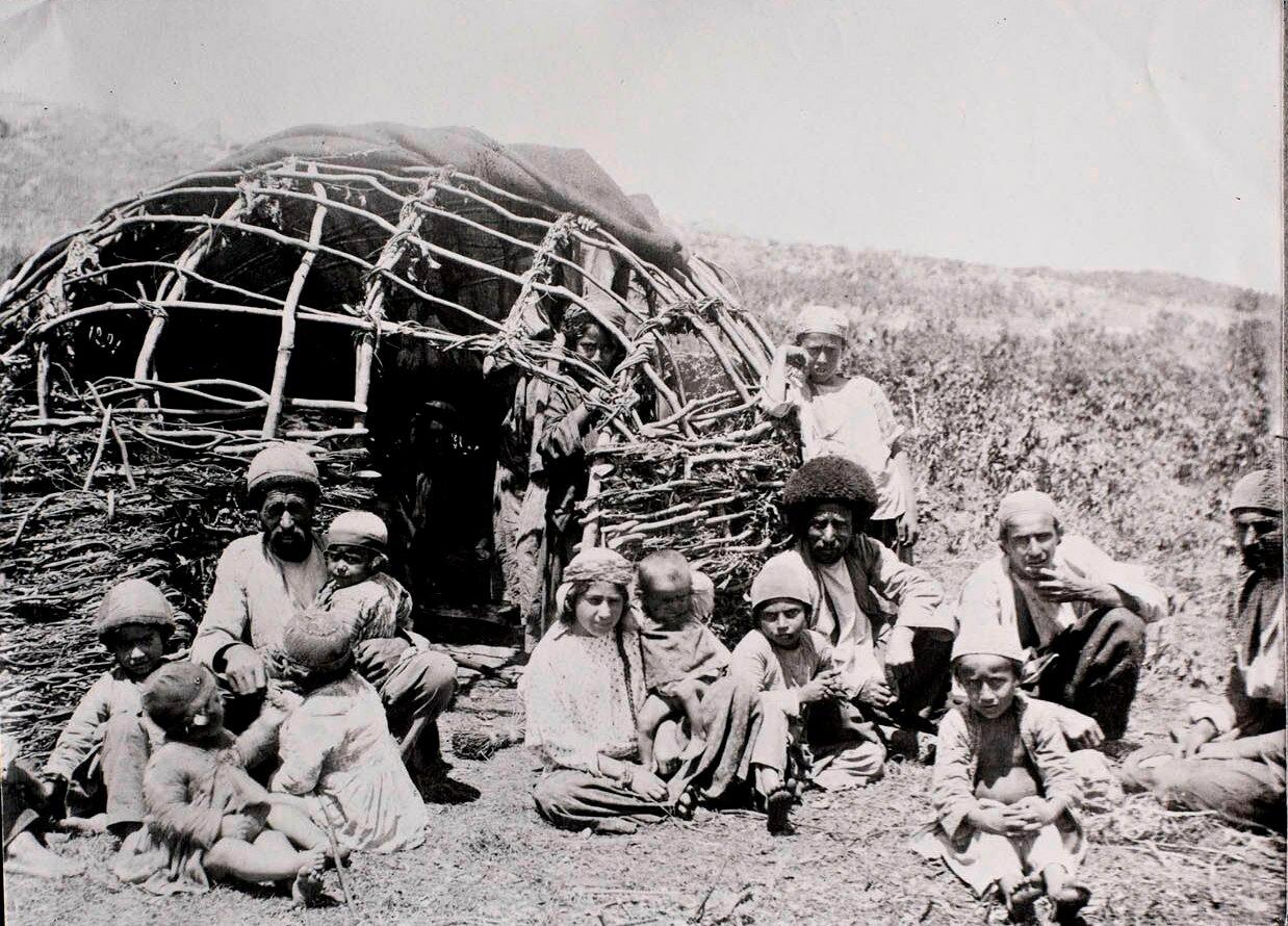 Группа кочевников возле хижины