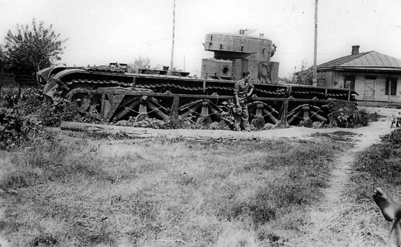 Немецкий солдат фотографируется у советского танка Т-35