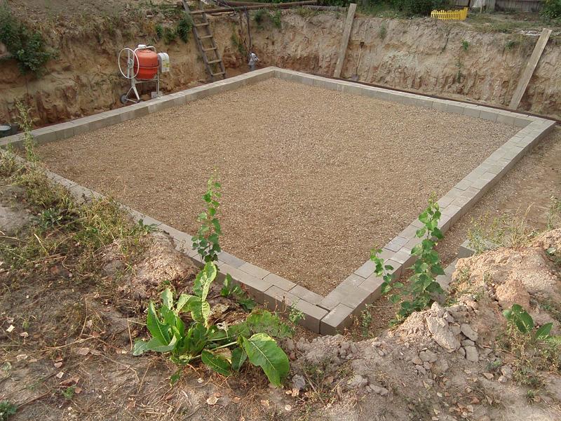 Выставляем опалубку для заливки бетона.