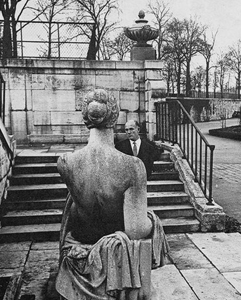 Святослав Рихтер и статуя.jpg